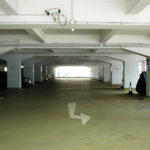 Полы в подземном паркинге. Материал — водостойкий промышленный пол АЛЬФАПОЛ ВБ — ровнитель цементный для создания износоустойчивых водонепроницаемых непылящих покрытий внутри и снаружи зданий.