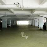 Полы в подземном паркинге. Материал – водостойкий промышленный пол АЛЬФАПОЛ ВБ – ровнитель цементный для создания износоустойчивых водонепроницаемых непылящих покрытий внутри и снаружи зданий.